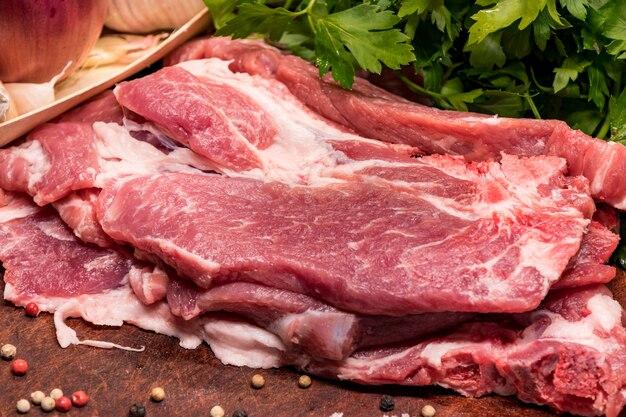 Rohe schweinefleischrippen in der lende auf einem hölzernen brett