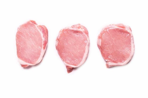 Rohe schweinefleischstücke isoliert auf einer weißen oberfläche