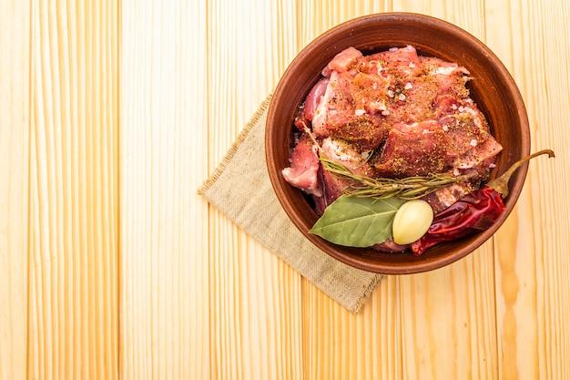 Rohe schweineschulter mit gewürzen und trockenen kräutern