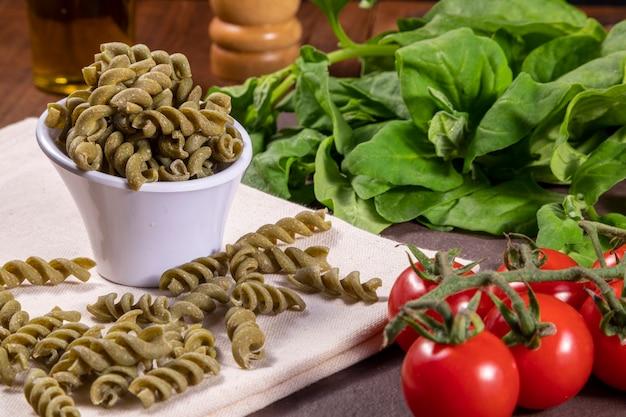 Rohe spinatschraubennudeln, vegetarisch, vegan. gesundes essen.