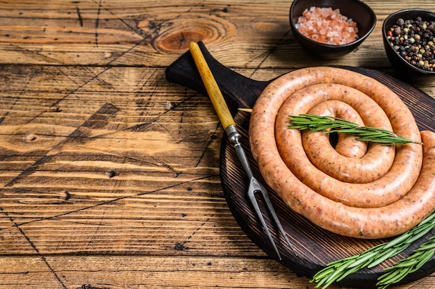 Rohe spiralgrillwurst aus schweine- und rinderhackfleisch.