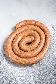 Rohe spiralwurst aus schweine- und rinderhackfleisch.