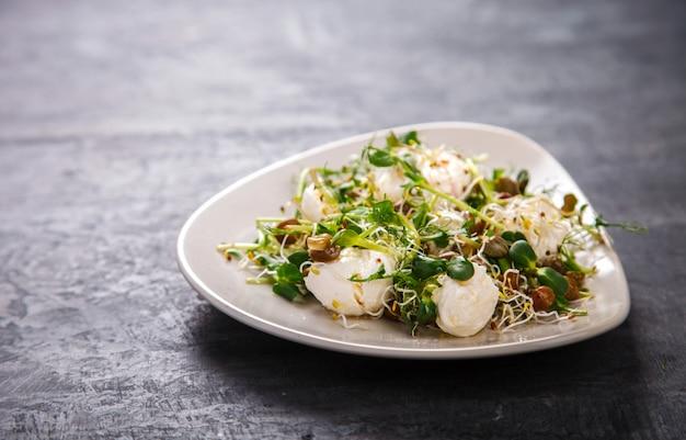 Rohe sprossen microgreens. frischer grüner salat