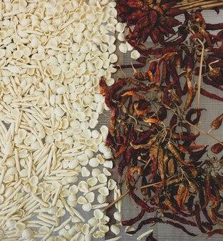 Rohe teigwaren und getrocknete chilischoten