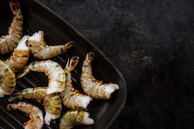 Rohe tiger king shrimps auf pfanne