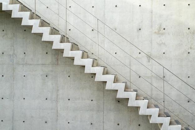 Rohe treppe im abschnittswinkel, außen-, außenkonzept.