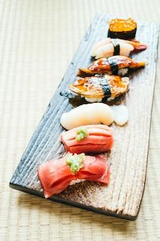 Rohe und frische nigiri-sushirolle