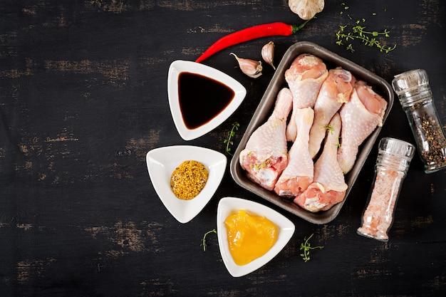 Rohe ungekochte hähnchenschenkel