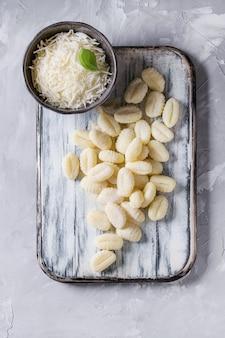 Rohe ungekochte kartoffelgnocchi