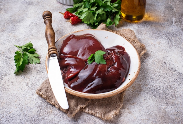 Rohe ungekochte leber und gewürze zum kochen