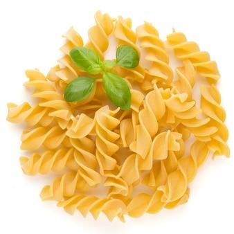 Rohe ungekochte pasta penne auf dem weißen hintergrund.