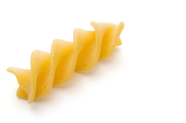 Rohe ungekochte pasta penne isoliert