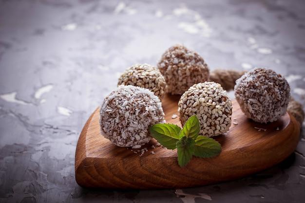 Rohe vegane süßigkeiten c mit trockenfrüchten und kokosnuss