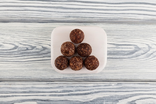 Rohe vegane süßigkeiten. energiekugeln aus datteln, nüssen und getrockneten früchten.