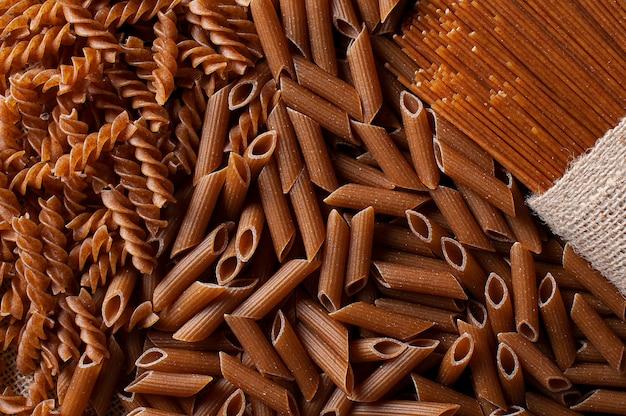 Rohe vollkornnudeln, spaghetti, penne und fusilli