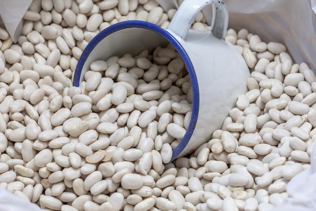Rohe weiße bohnen in loser schüttung (verkauf von hülsenfrüchten)