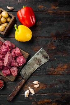 Rohe zutaten vom rindfleischeintopf mit süßem paprika und kartoffeln