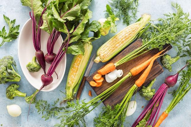 Rohe zutaten zum kochen von vegetarischem essen auf holztisch