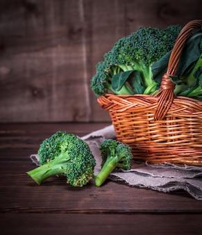 Roher brokkoli in einem braunen weidenkorb