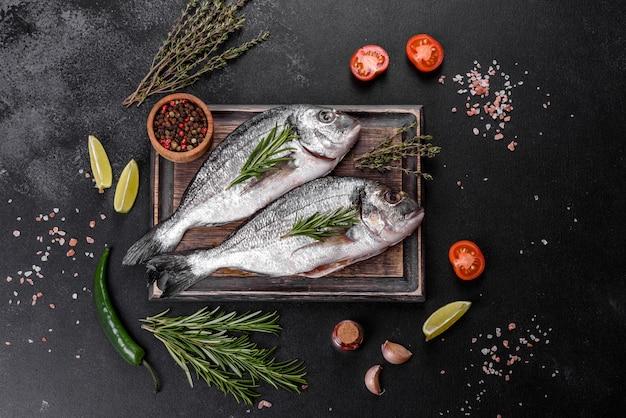 Roher dorado-fisch mit gewürzen, die auf schneidebrett kochen