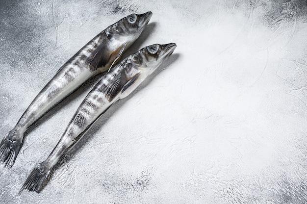 Roher eisfisch auf einem küchentisch.