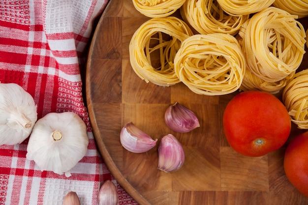 Roher fettuccine mit knoblauch, zwiebeln und serviettentuch