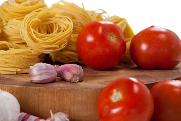 Roher fettuccine mit tomaten, knoblauch und zwiebeln