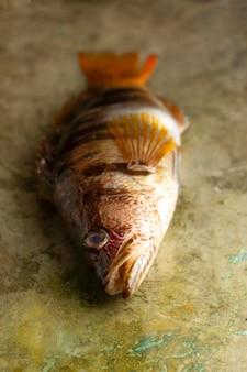 Roher fisch auf tischhochwinkel