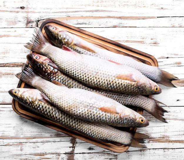 Roher fisch mit gewürzen