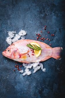Roher fisch und zutaten