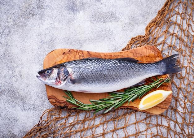 Roher fischseebarsch mit zitrone und rosmarin