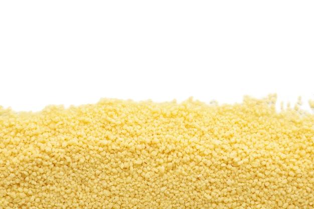 Roher frischer couscous lokalisiert auf weißem hintergrund