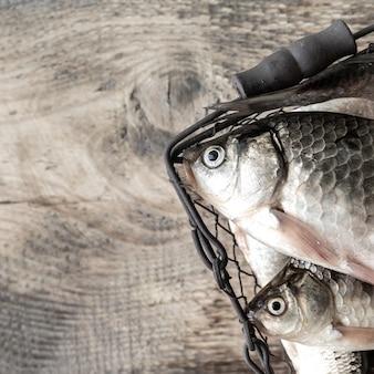 Roher frischer flussfisch auf einem holztisch