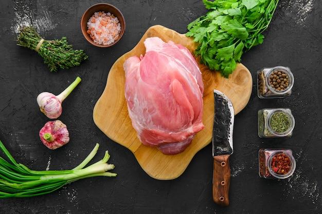 Roher frischer rinderbraten mit frischem rindfleischboden, gewürzen und kräutern