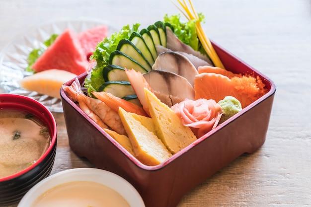 Roher frischer sashimi mit reis in bento box