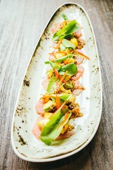 Roher frischer thunfisch-fleischsalat mit avocado und mango