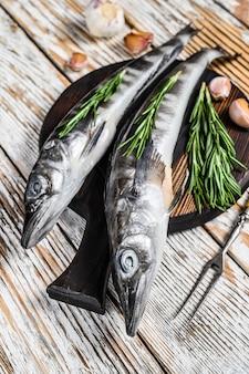 Roher ganzer eisfisch mit kräutern.