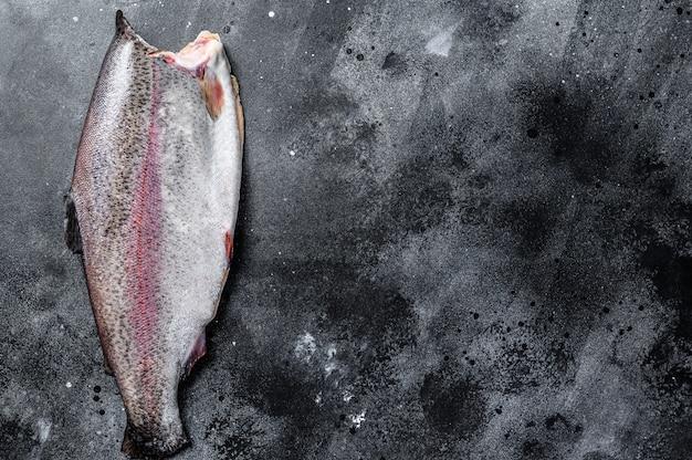 Roher ganzer forellenfisch ohne kopf.