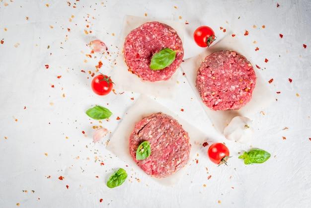 Roher gehackter rindfleischsteakburger