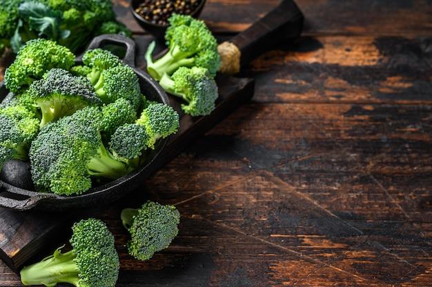 Roher grüner brokkolikohl in einem sieb.