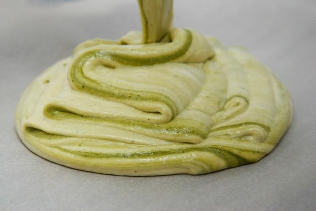 Roher grüner teig, matcha nachtisch kochend.
