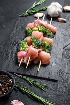 Roher hühnerschaschlik mit brokkoli, grill. ansicht von oben