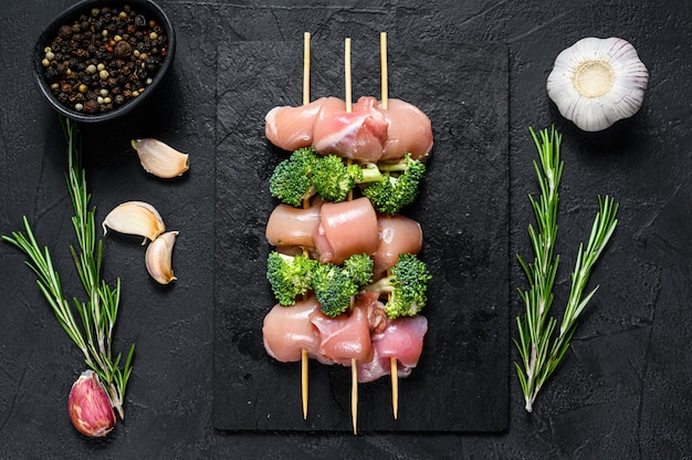 Roher hühnerschaschlik mit brokkoli