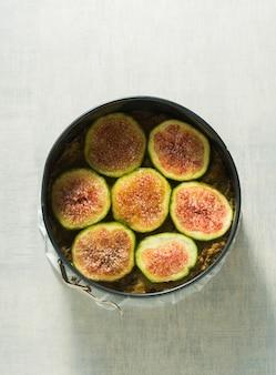 Roher kuchen mit feigen in einer auflaufform, fertig zum backen im ofen Premium Fotos