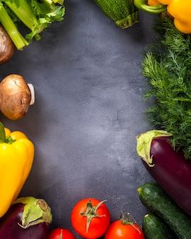 Roher organischer gemüsehintergrund mit rahmen.