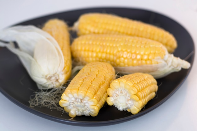 Roher organischer mais auf einer platte