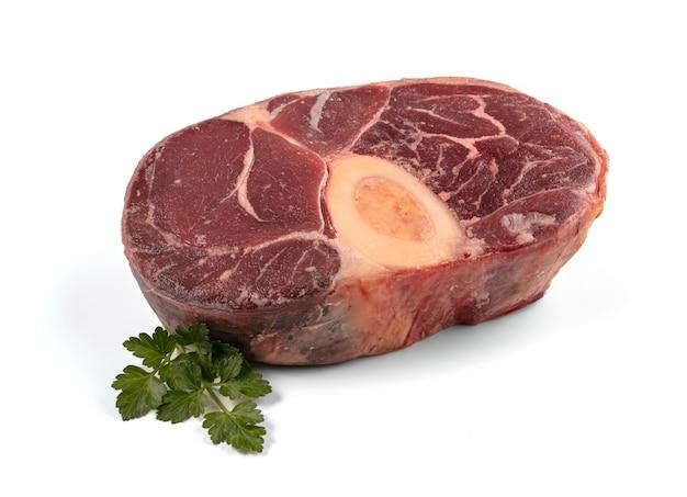 Roher rindfleischschenkel für topf au feu auf einem holztisch