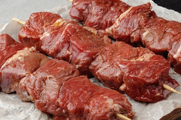 Roher rindfleischspieß am spieß bereit zum grillen