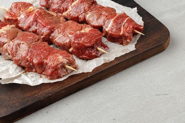 Roher rindfleischspiesse am spieß bereit zum grillen