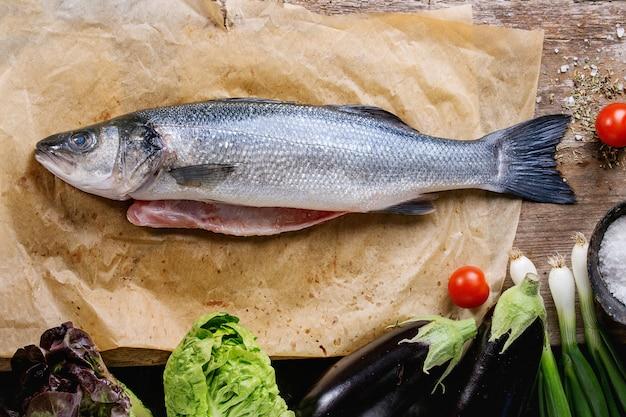 Roher seebassfisch